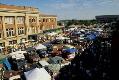Photo: Overview of the Farmer's Market in Lincoln's Haymarket.