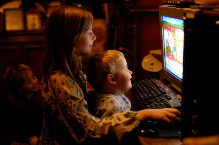 Photo: Kids play on the computer at home in Lincoln, NE.
