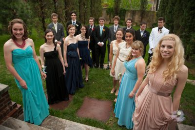 Photo: A large group of high school students pose for pictures before prom in Lincoln, Nebraska, USA