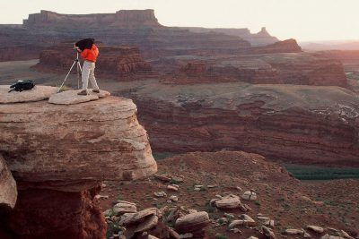 Photo: Tourists photographing the canyons of Deadhorse Point State Park in Utah.